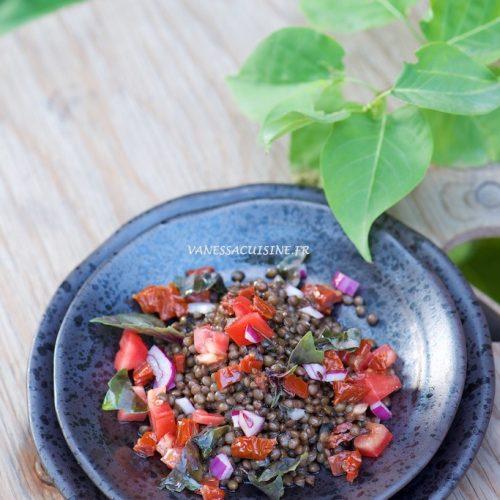 recette de salade de lentilles noires, tomates et câpres