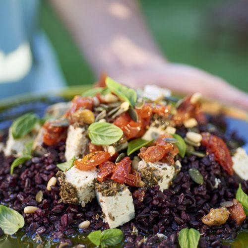 recette de salade de riz venere, tofu aux herbes et tomates séchées