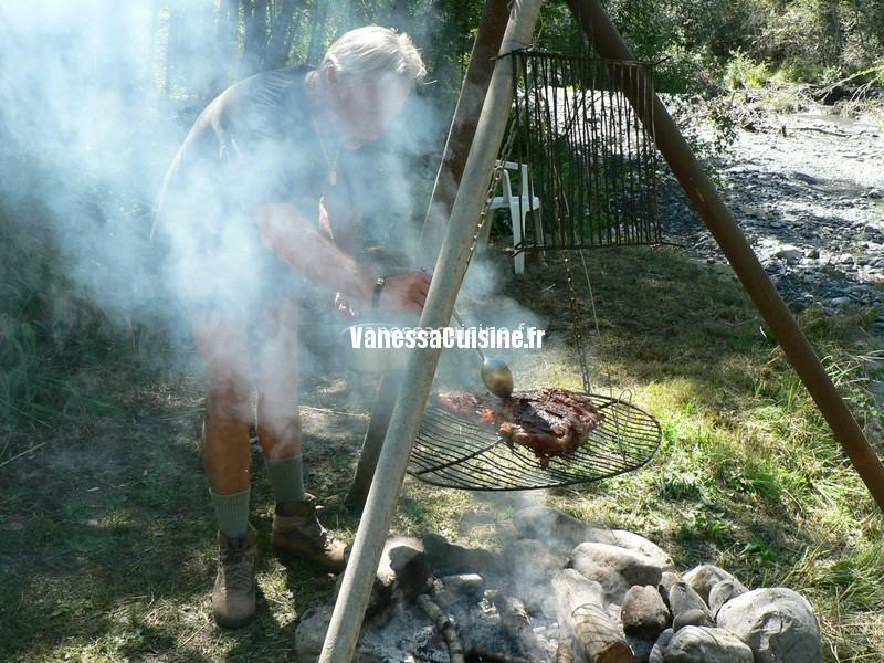 photo de la cuisson d'un Cuissot de sanglier grillé