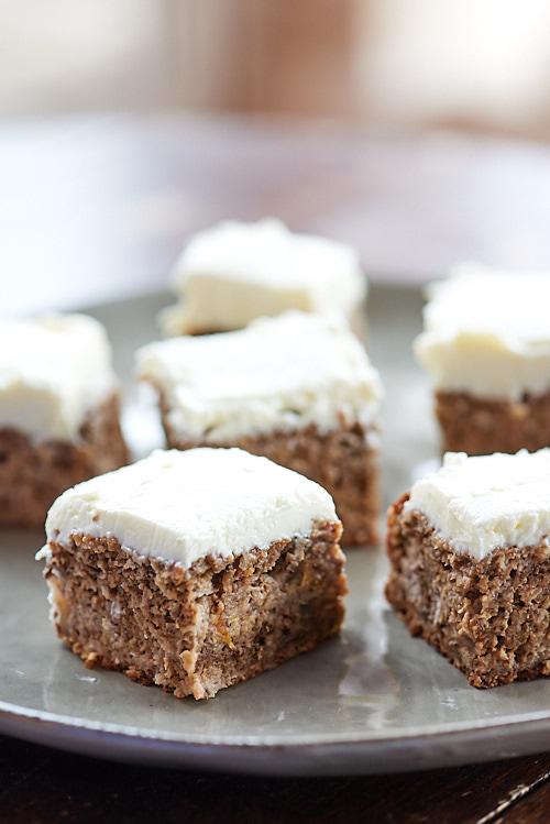 photo culinaire de morceaux dApple cake aux noix et creamcheese