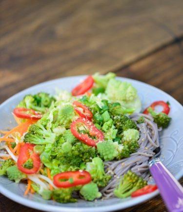 recette de Salade de nouilles soba au chou romanesco