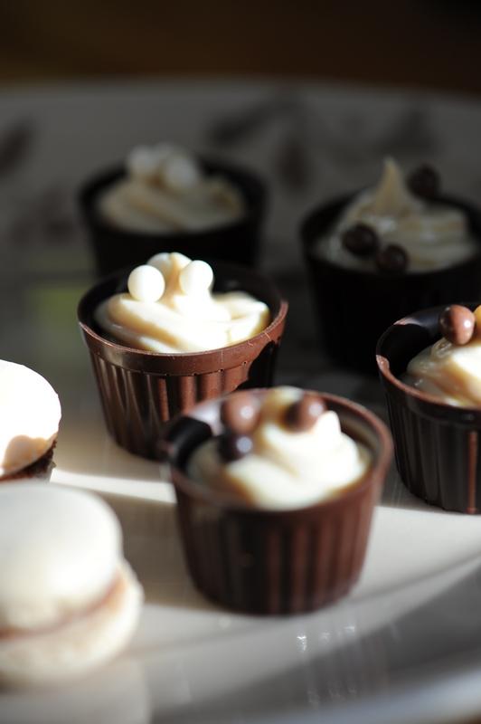 photo culinaire de coques en chocolat et ganache légère au café