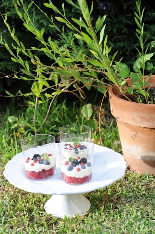 photo culinaire de coupes de ganache soyeuse au chocolat blanc aux framboises