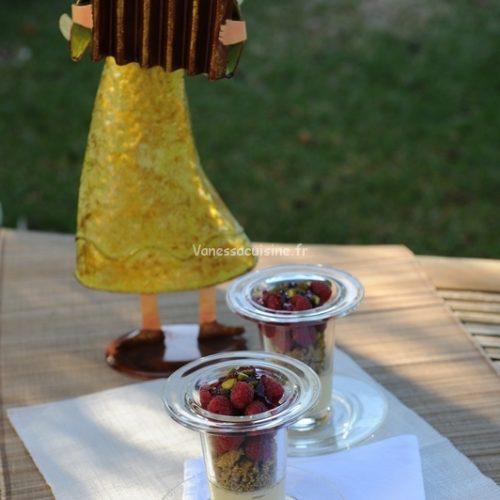 recette de Verrines de crème coco et streusel à la pistache, framboises