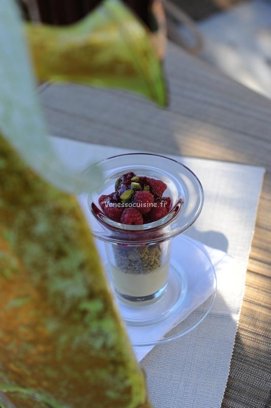 photo culinaire de Crèmes coco et streusel à la pistache, framboises