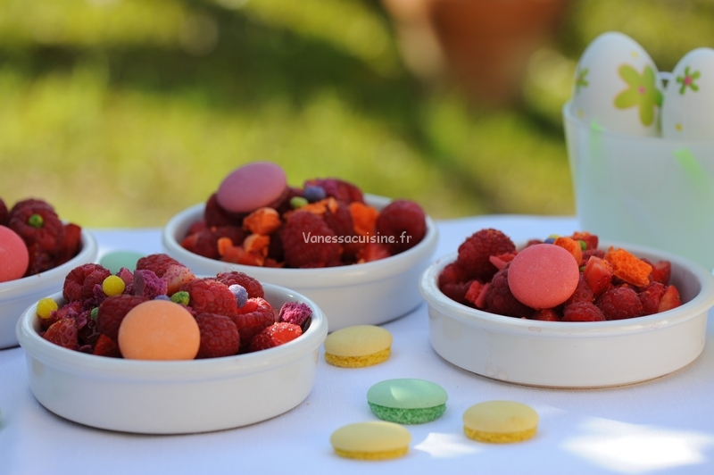 photo culinaire de Crumble minute fraises et framboises, miettes de macarons et sucre de fleurs