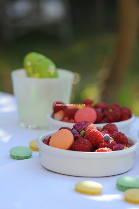 recette de Crumble minute fraises et framboises, miettes de macarons et sucre de fleurs