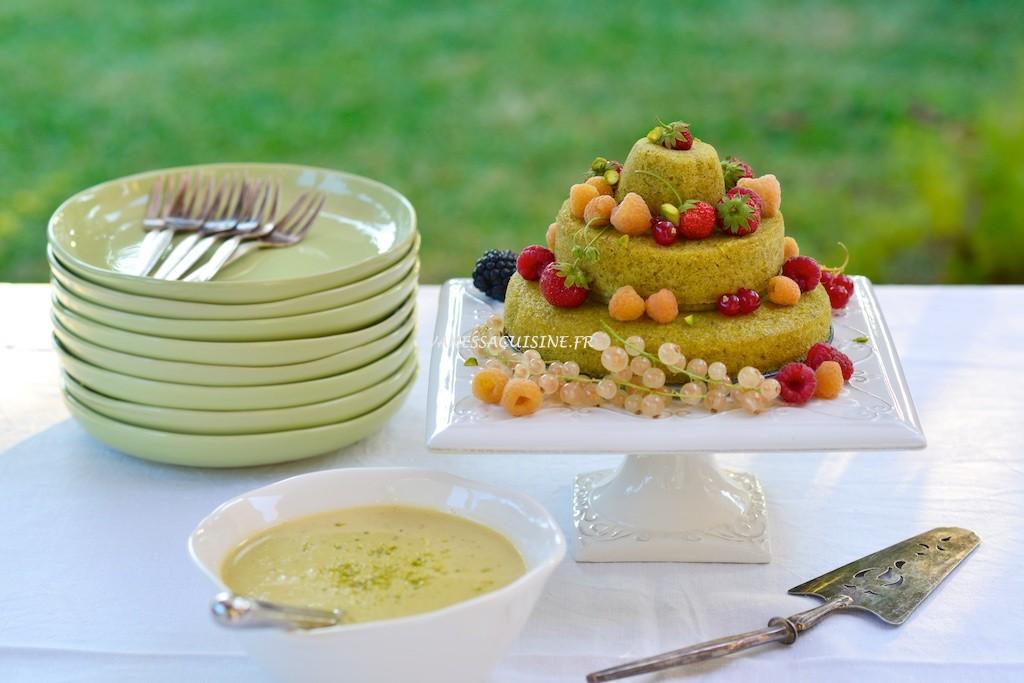 photo culinaire de Gâteau d'anniversaire à la pistache et aux fruits rouges