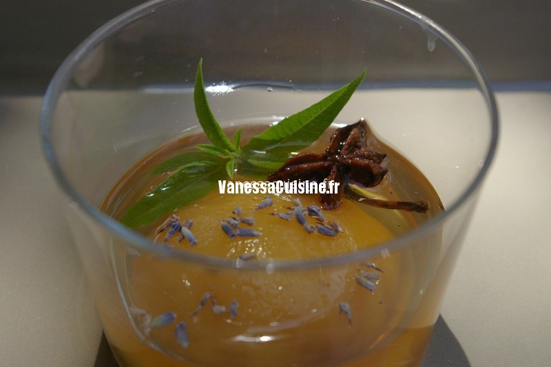 photo culinaire de Pêches pochées au ratafia et aux épices, lavande